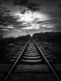 infinito-ferrocarril-al-horizonte-en-blanco-y-negro-escena-de-contraste-alto-166676311.jpg